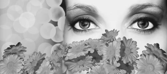 mujer posando detrás de las flores