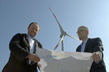 Bauherr und Architekt planen Windpark