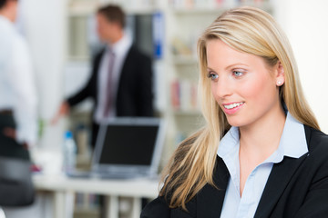 blonde junge mitarbeiterin