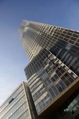 Hochhaus mit Glasfassade in einem Businessvierten
