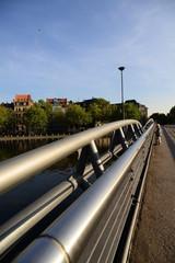 Brücke über einen Teich in der Großstadt