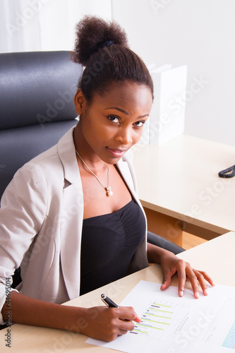 Junge Dame im Büro