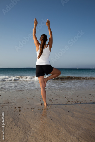 Frau beim Yoga am Strand I
