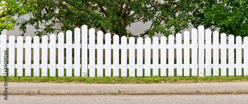Leinwanddruck Bild Weißer Gartenzaun
