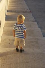 Junge auf Treppe