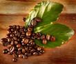 Chicchi di caffè con foglie