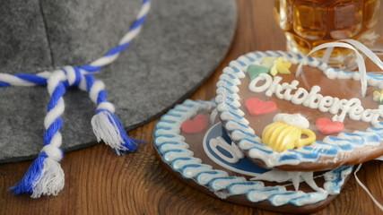 zwei Oktoberfest Lebkuchenherzen werden hingelegt