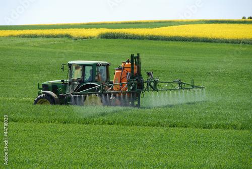 Landwirtschaft, Chemie, Düngung, Pestizide, Ackerbau, Trecker - 44718020