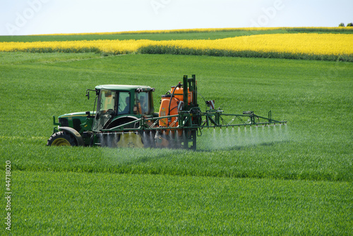 Leinwandbild Motiv Landwirtschaft, Chemie, Düngung, Pestizide, Ackerbau, Trecker