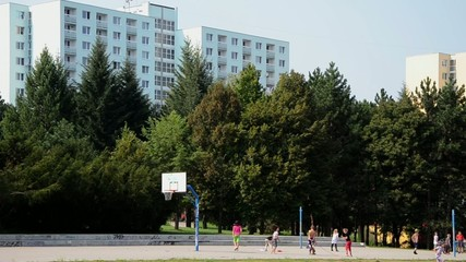 bambini giocano in quartiere popolare