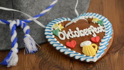 Oktoberfest Lebenkuchenherz wird über Hut gehängt