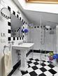 bagno moderno in bianco e nero con box doccia in vetro