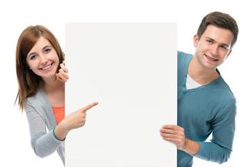 Jugendliche mit Werbeschild