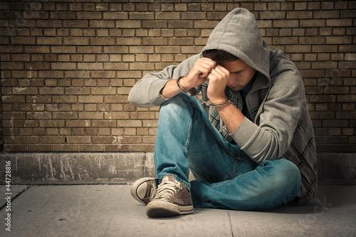 Jugendlicher mit  Handschellen - 44728816