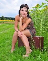 Wartendes Mädchen am Sonnenblumenfeld