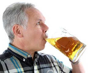 Mann trinkt ein Mass Bier