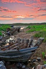 岸上废弃风化的渔船木船