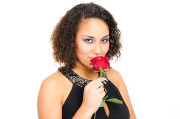 junge frau riecht an einer roten rose