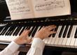 Mani che suonano il pianoforte