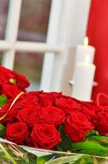 Blumenstrauß aus Rosen mit Kerzen
