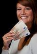 lachende frau mit bargeld euro 50 euroschein geld