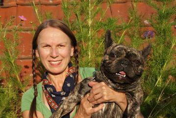 Frau mit Hund Französische Bulldogge,  Landleben