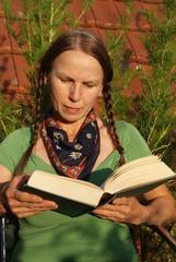 Frau beim Lesen, lesen, buch, bücher, bildung, unterhaltung,