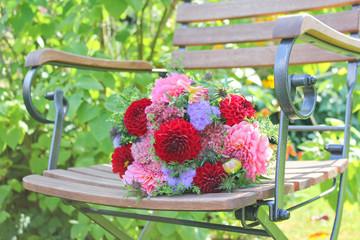 bunter Blumenstrauß auf Stuhl
