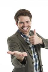 Junger Mann zeigt auf eine leer Hand