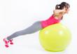 hermosa mujer morena practicando ejercicio físico