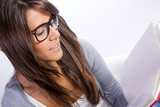 chica estudiante con gafas leyendo un libro