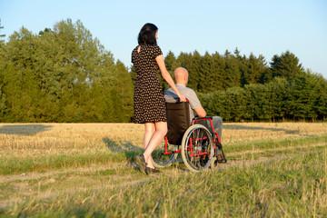 Frau und Mann im Rollstuhl
