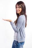 mujer sosteniendo un objeto imaginario en su mano