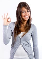 Mujer joven feliz haciendo el signo ok con la mano