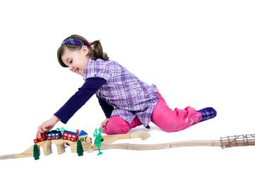 Mädchen mit Holzeisenbahn