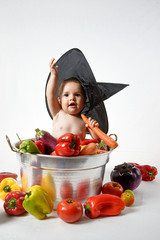 Bambina in pentola con cappello da strega