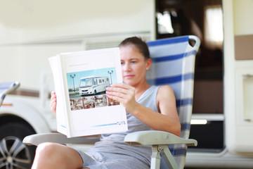 Frau studiert Wohnmobil Anleitung