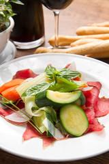 piatto di bresaola con verdure