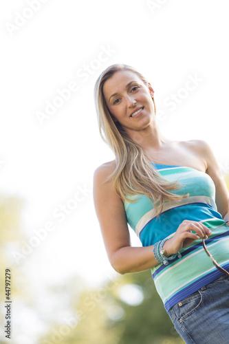 Frau im Gegenlicht an einem sonnigen Tag