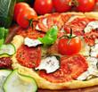 Pizza mit Tomaten und Zucchini