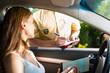 Frau mit Polizist oder Polizei bei Verkehrskontrolle