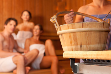 Vier Freunde in der Sauna eines Thermalbades