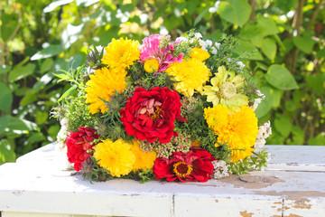 Gelb roter Strauß Blumen