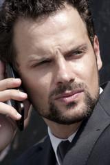 uomo al telefono pensieroso