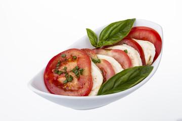 tomaten auf mozzarella mit basilikum in schale