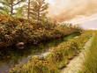 Rzeka i ścieżka w jesiennych kolorach