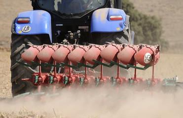 Tractor labrando el campo