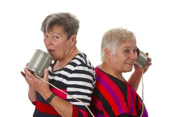 Seniorinnen mit Blechdosentelefon