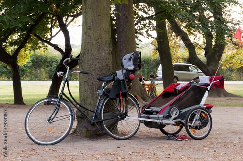 fahrrad mit kindersitz und anh nger von the builder lizenzfreies foto 44831807 auf. Black Bedroom Furniture Sets. Home Design Ideas