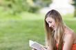 Buch lesen im Park